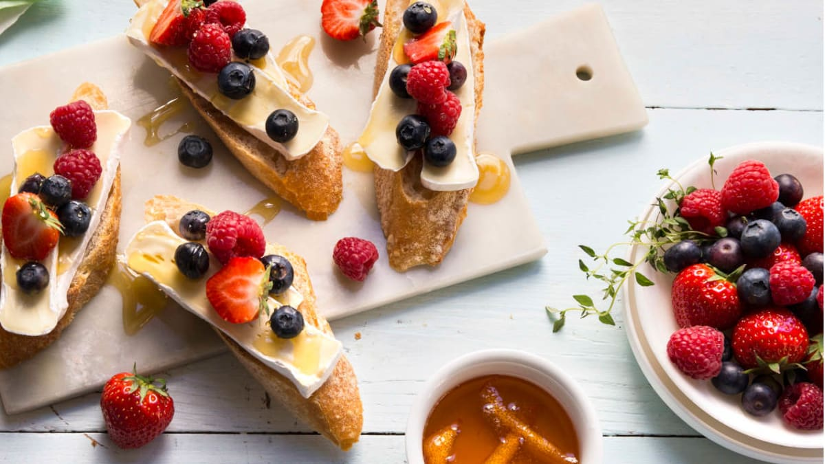 Ristet brød med brie, bær og appelsinhonning
