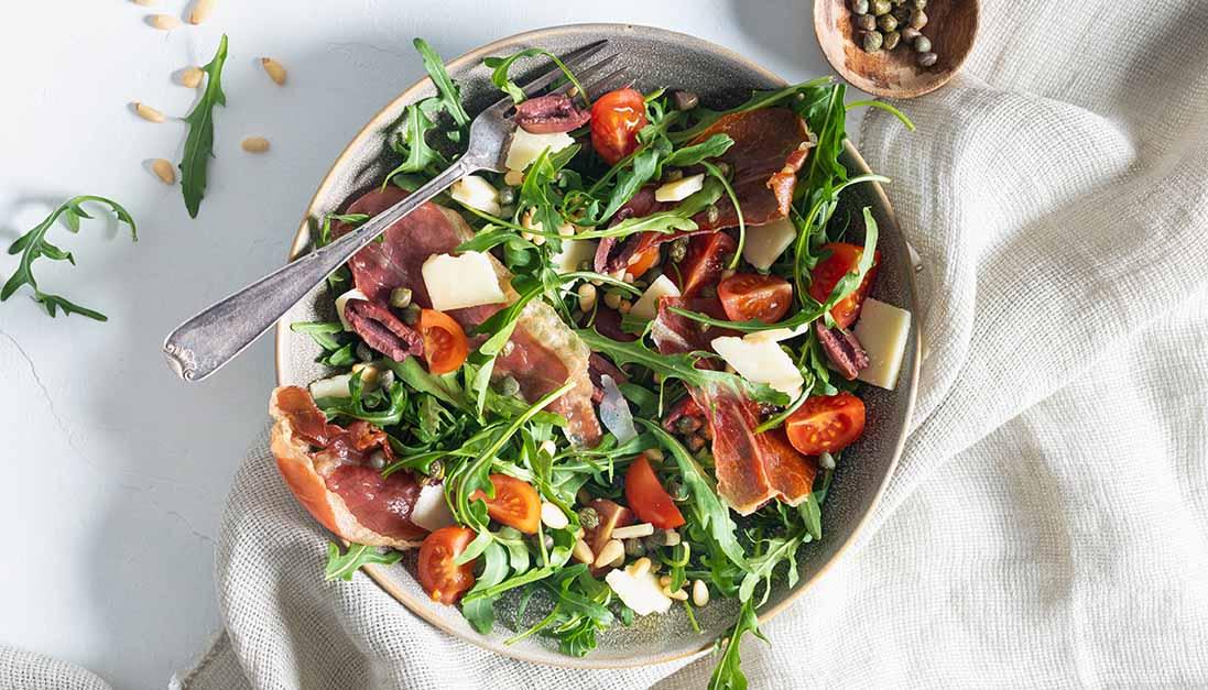 Salat med sprø parmaskinke, oliven og tapenade