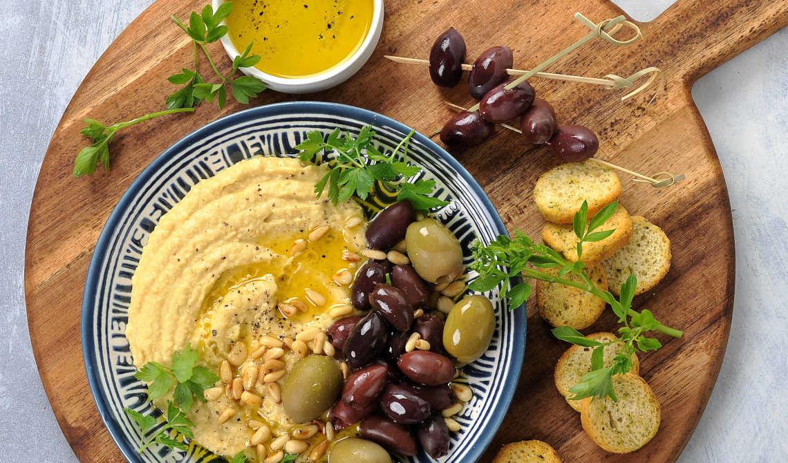 Hummus med oliven og pinjekjerner
