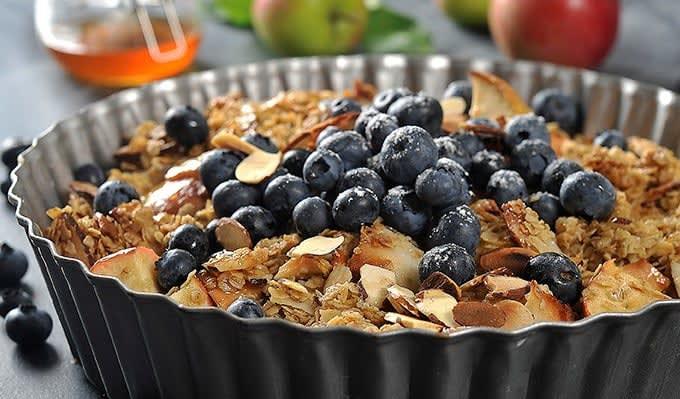 Eplecrumble med kokos og blåbær