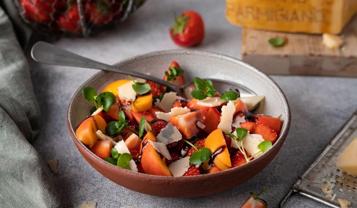 Jordbær- og parmesansalat med balsamicosirup