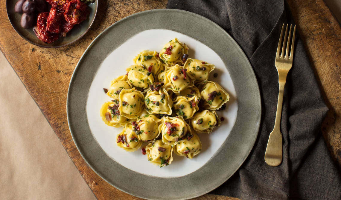 Tortelloni med middelhavscrumble