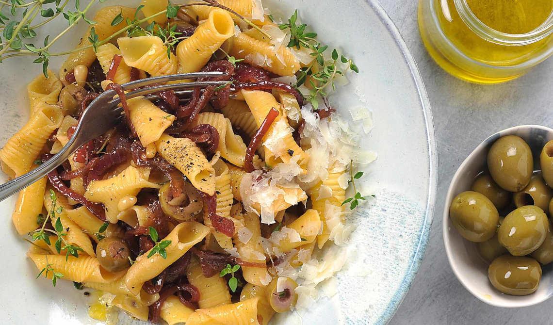Pasta med karamelisert rødløk og oliven