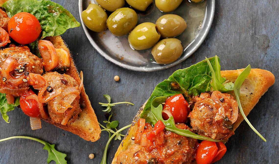 Sandwich med italienske kjøttboller i spicy saus