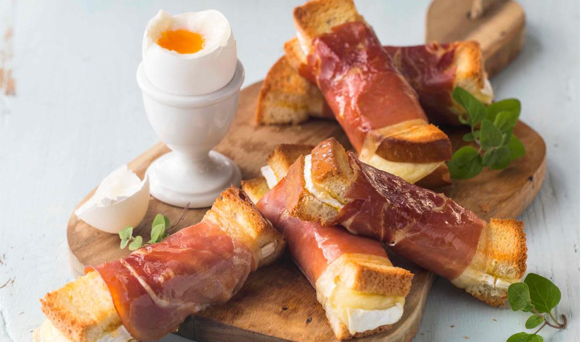 Bløtkokt egg med brie- og spekeskinketoast