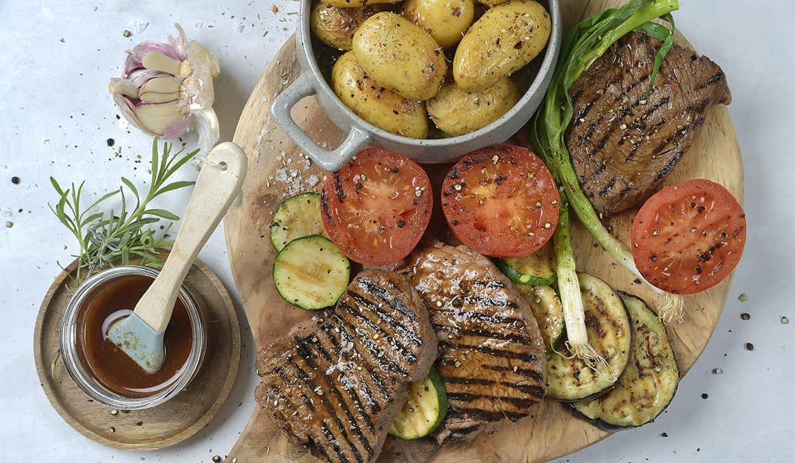 Marinert biff, stekte poteter og grønnsaker