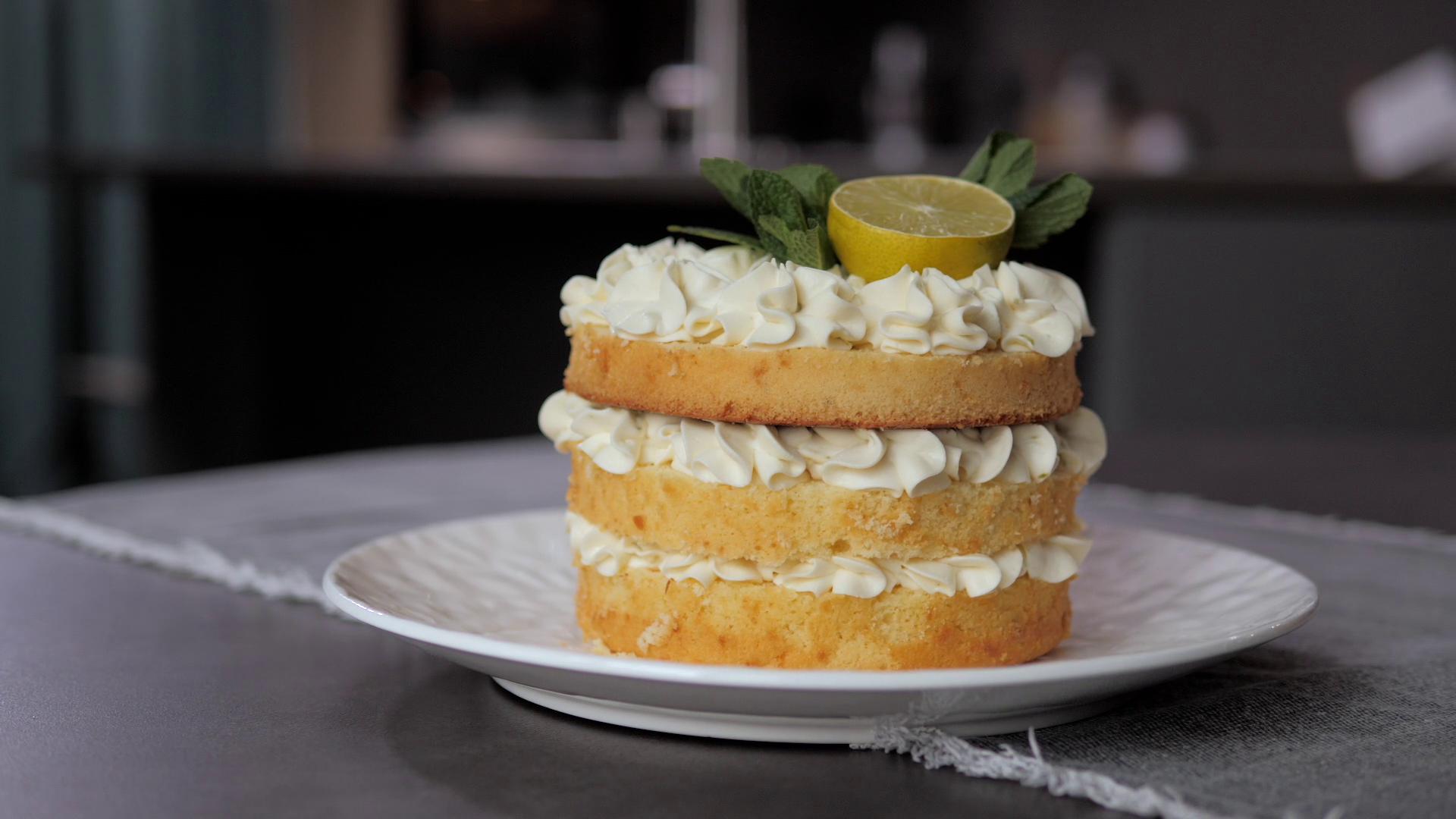 7. Бисквитный торт Малина-лайм