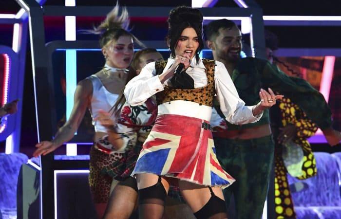 Cari Tahu, Gaya Unik Dua Lipa di Brit Awards 2021, Penghormatan untuk Amy Winehouse