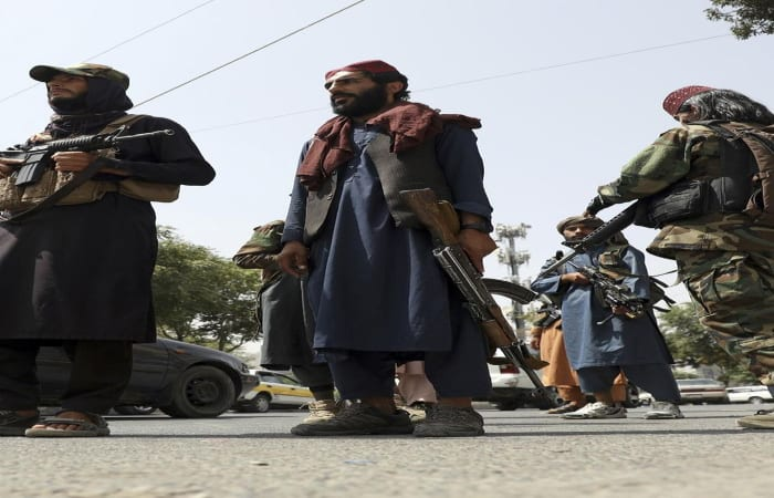 Duh! Taliban Pecut Orangorang yang Pakai Jeans dan Baju Kebaratan di Jalan