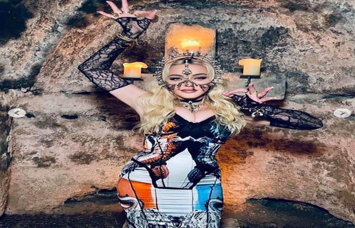 Hmmm, Madonna Rayakan Ultah Ke63, Tampil Seksi dengan Karya Rinaldy Yunardi
