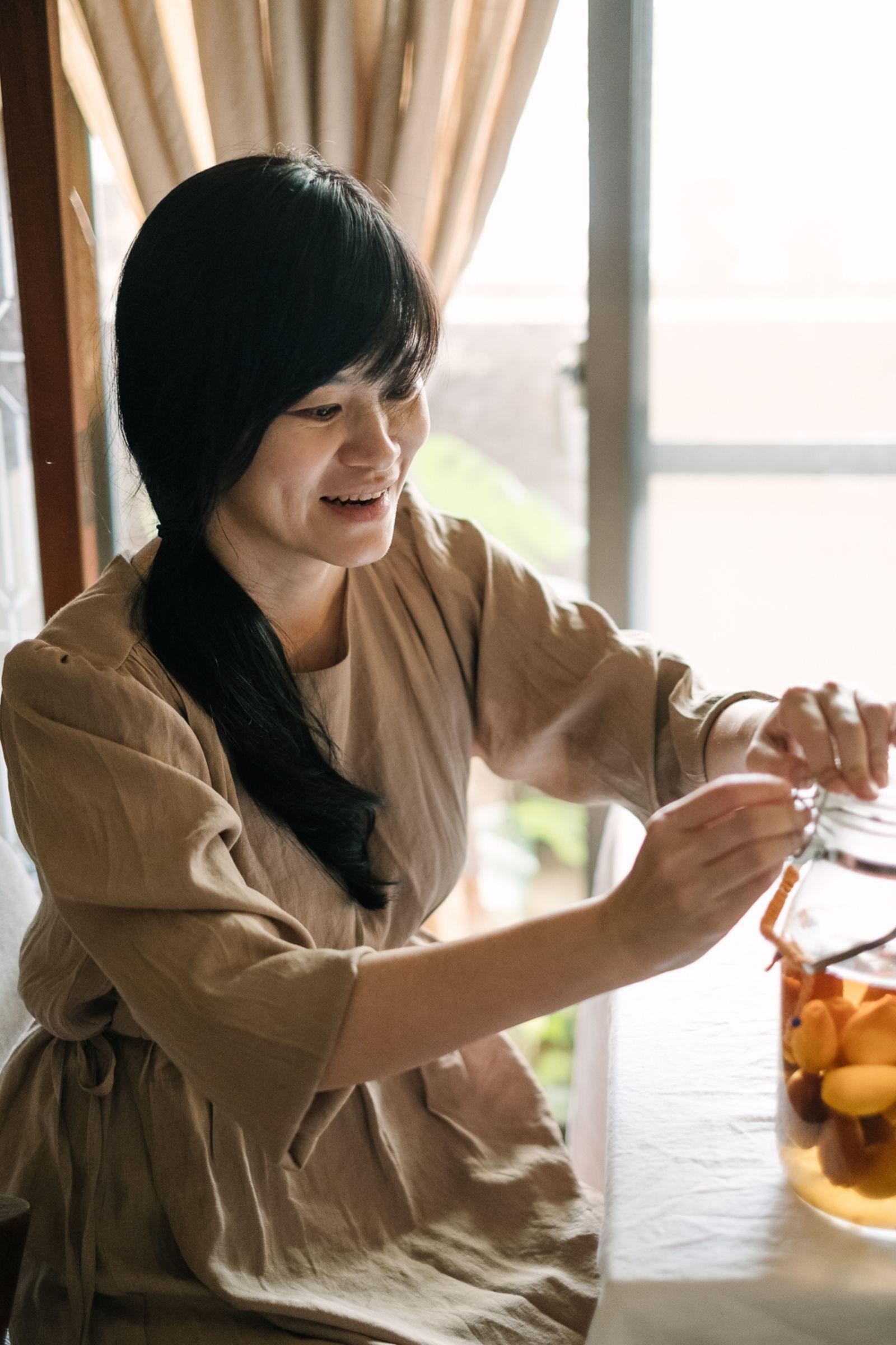 盧怡安正在介紹自己釀的伏特加琵琶酒。