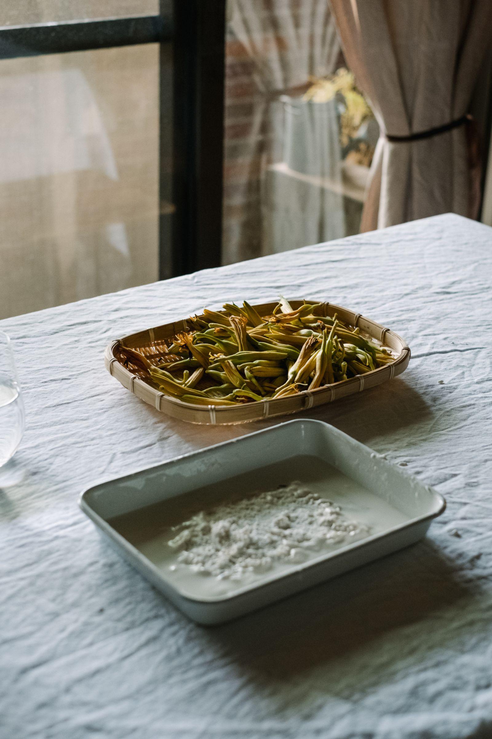 當天盧怡安為金針花天婦羅準備的食材。