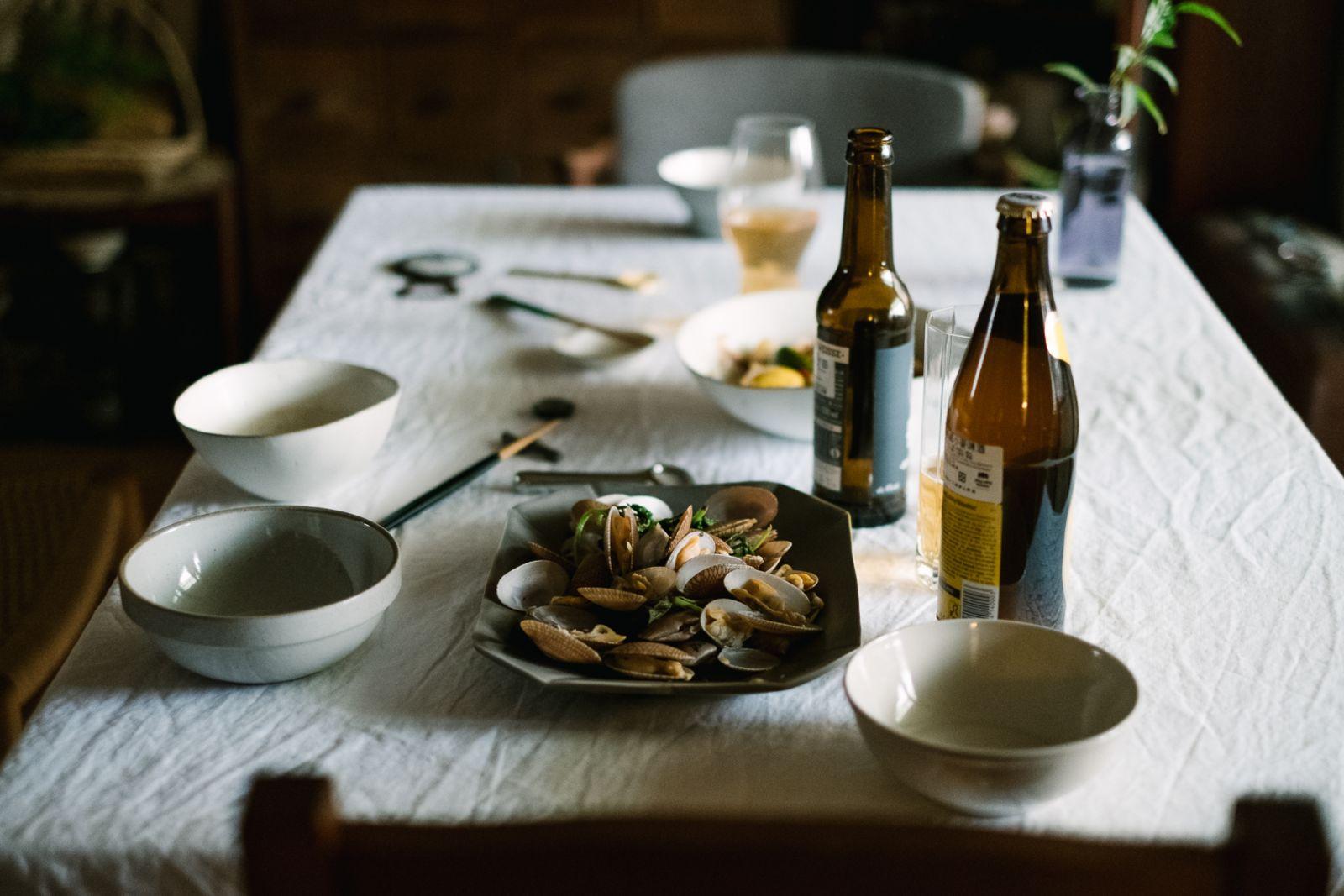 倒上兩瓶啤酒,配菜是九層塔炒海瓜子。