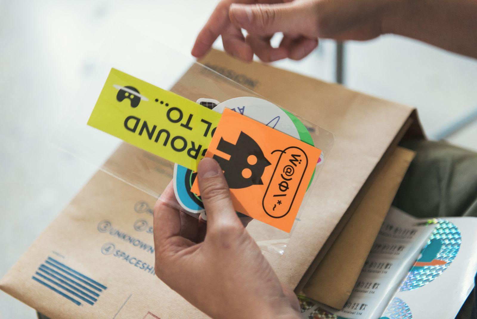 使用多螢光色印製的貼紙包。