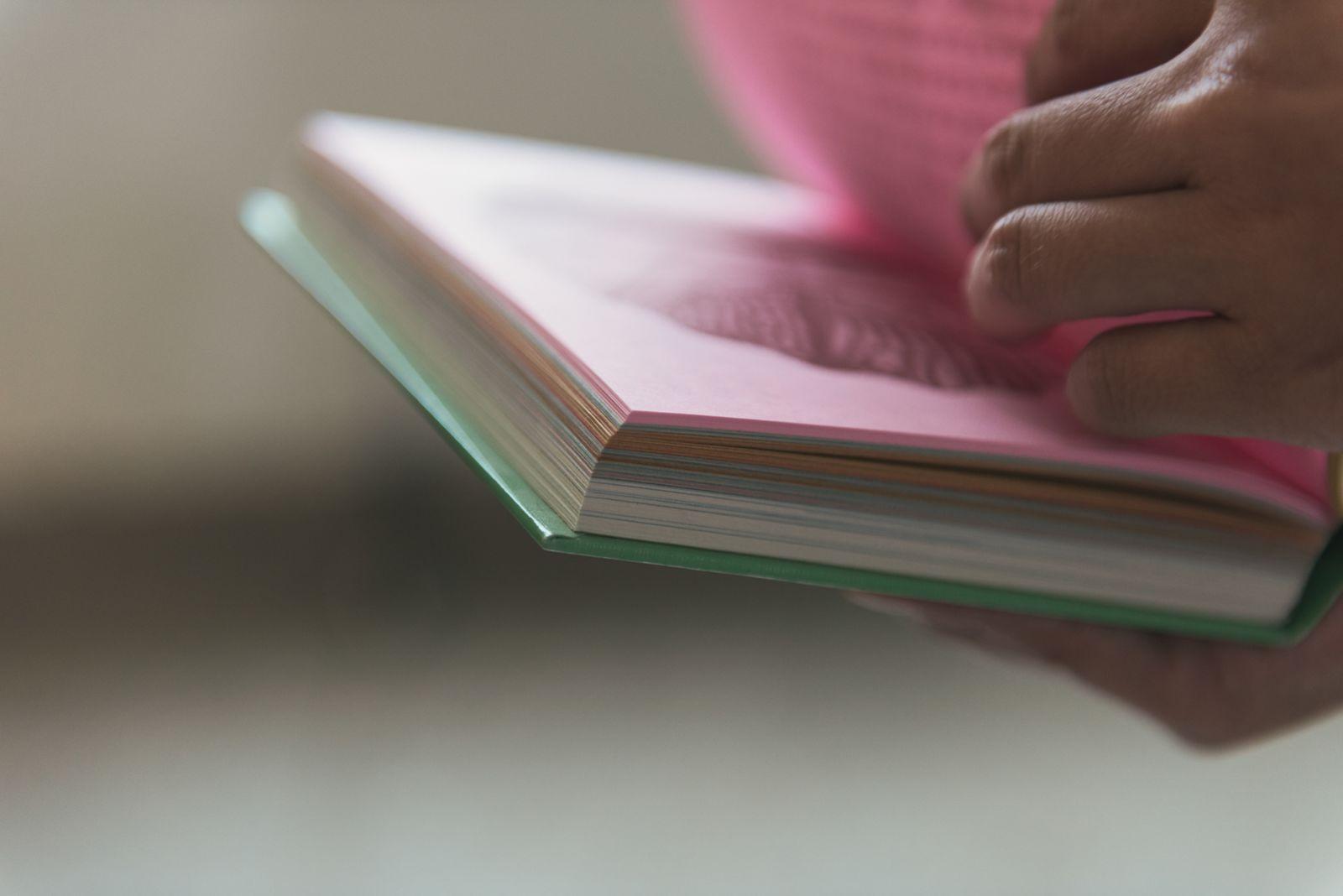 特地選用傳統色紙呈現質樸手感。