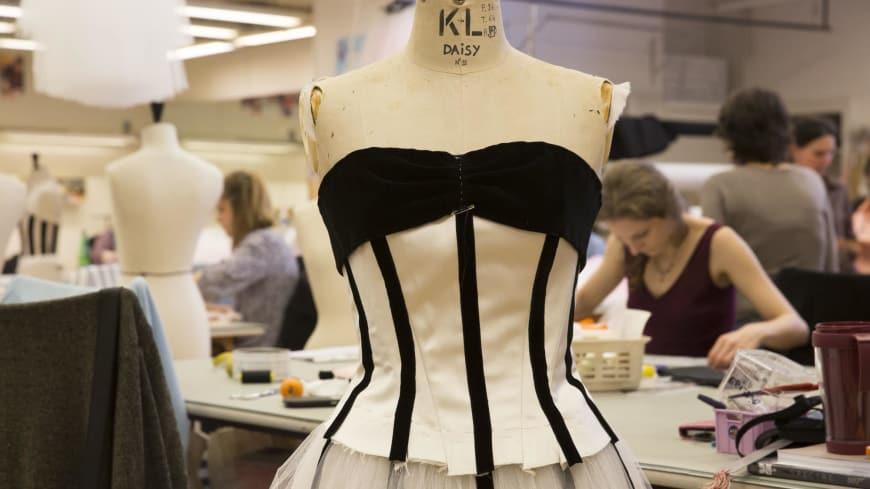 Ateliers de couture : confection des costumes conçus par Karl Lagerfeld pour « Brahms-Schönberg Quartet » de George Balanchine