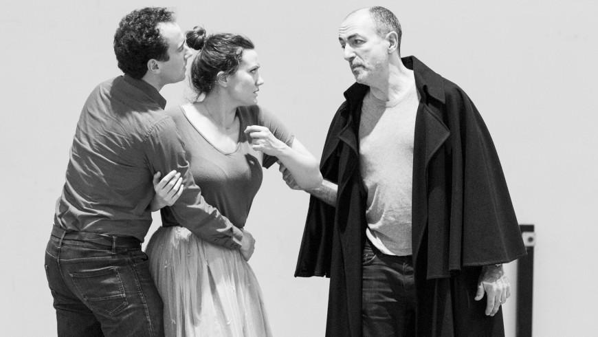 Cyrille Dubois (Rubempré), Julie Fuchs (Esther) et Laurent Naouri (Carlos Herrera) en répétition
