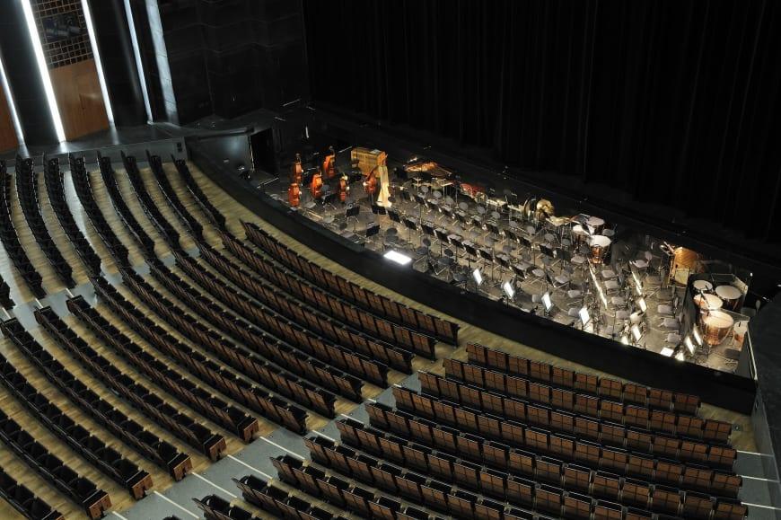 Vue de la grande salle avec la fosse d'orchestre