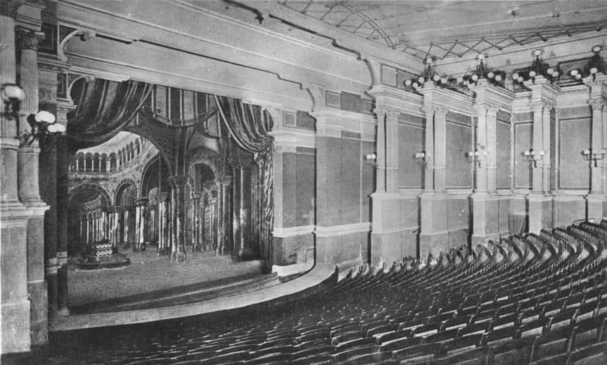 Vue intérieure du Palais des festivals, la salle en gradin. Photo, vers 1910