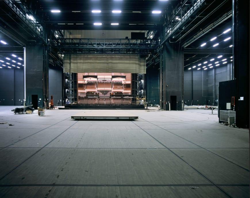 La salle vue du plateau avec les espaces de dégagement encore vides, 1989