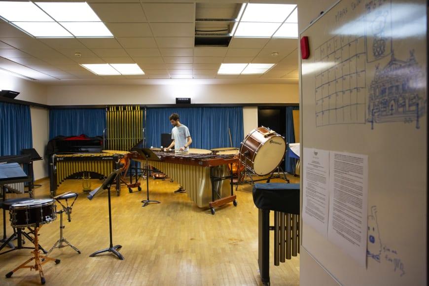 Dans le studio de travail des percussions avec Nicolas Lethuillier, deuxième timbalier solo