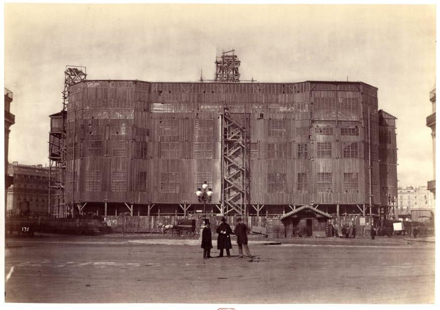 Delmaet&Durandelle - Palissade du nouvel Opéra, après novembre 1866 Photographie, 27 x 38,5 cm. BnF, département de la Musique, Bibliothèque-musée de l'Opéra.