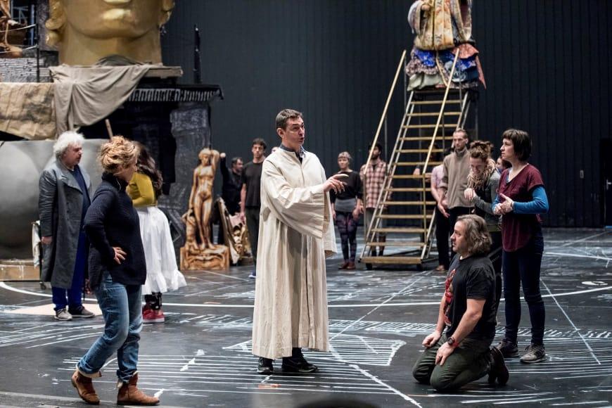 Leah Hausman en répétition avec Marco Spotti (le pape Clément VII) et John Osborn (Benvenuto Cellini), Opéra de Paris, 2018