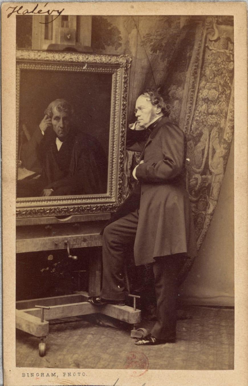 Fromental Halévy devant le portrait de Luigi Cherubini, vers 1860. Photographie de Robert Jefferson Bingham, épreuve sur papier albuminé. BnF, département des Estampes et de la photographie
