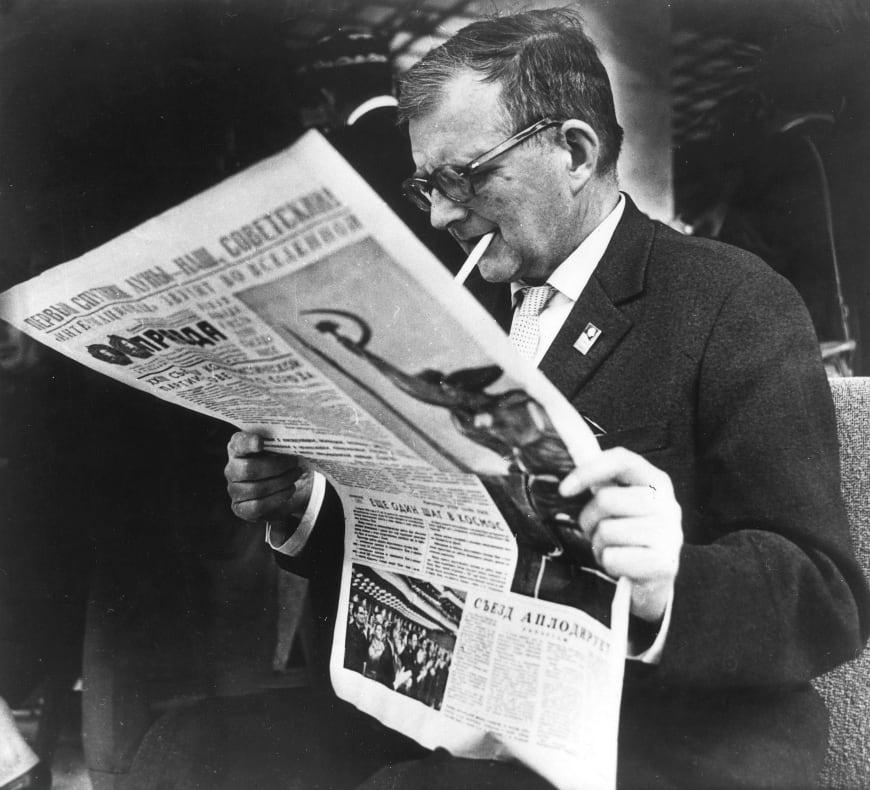 Dmitri Chostakovitch lisant La Pravda