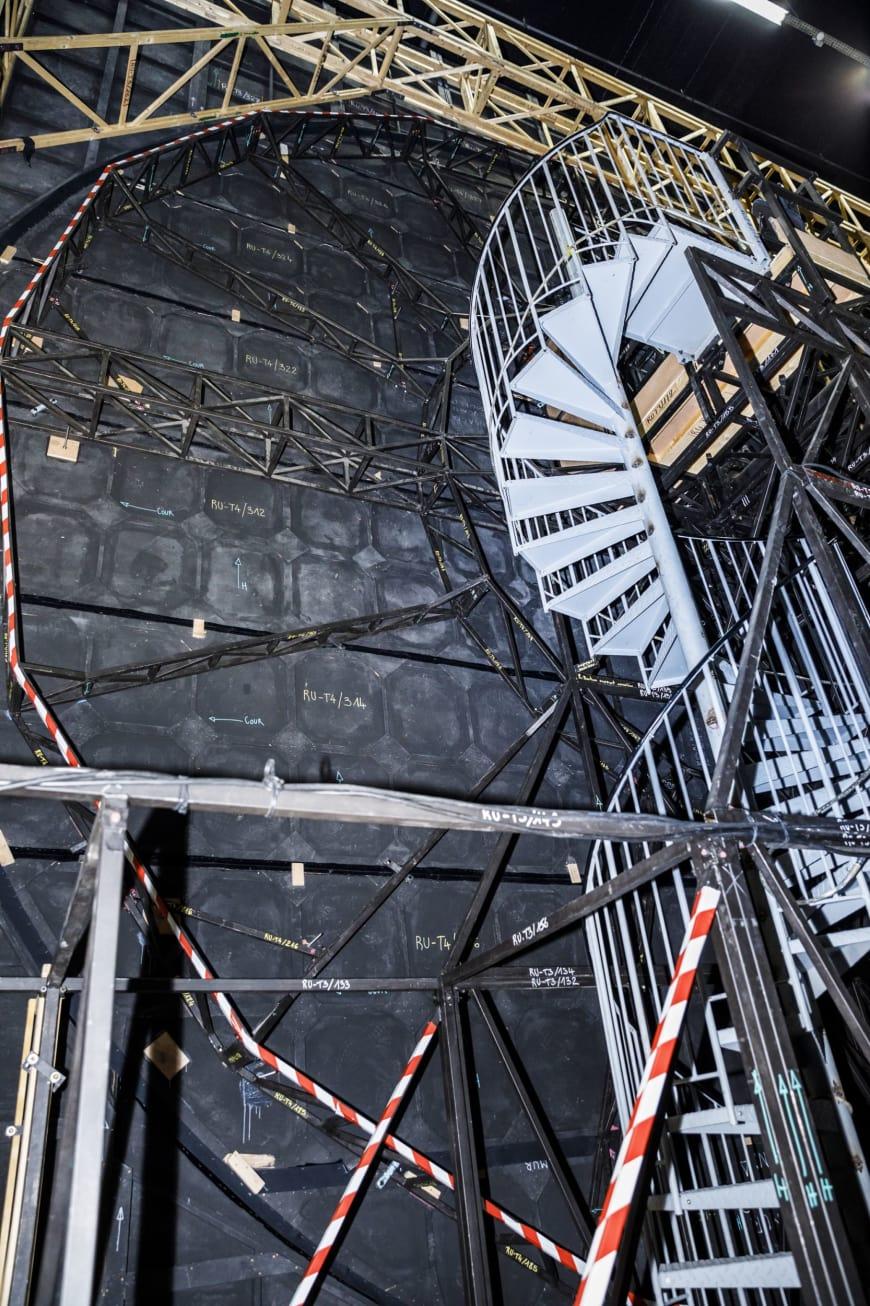 À l'envers du décor, escalier permettant à la chanteuse de se placer.