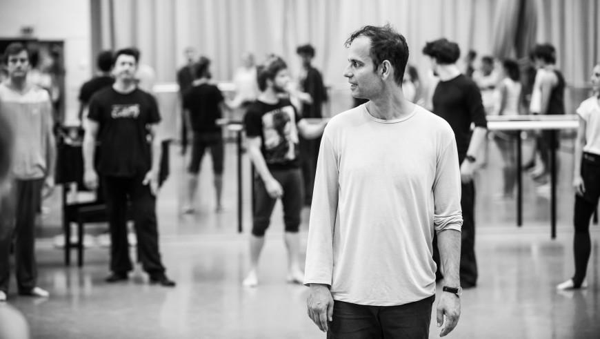 Tino Sehgal en répétition avec les danseurs du Ballet de l'Opéra