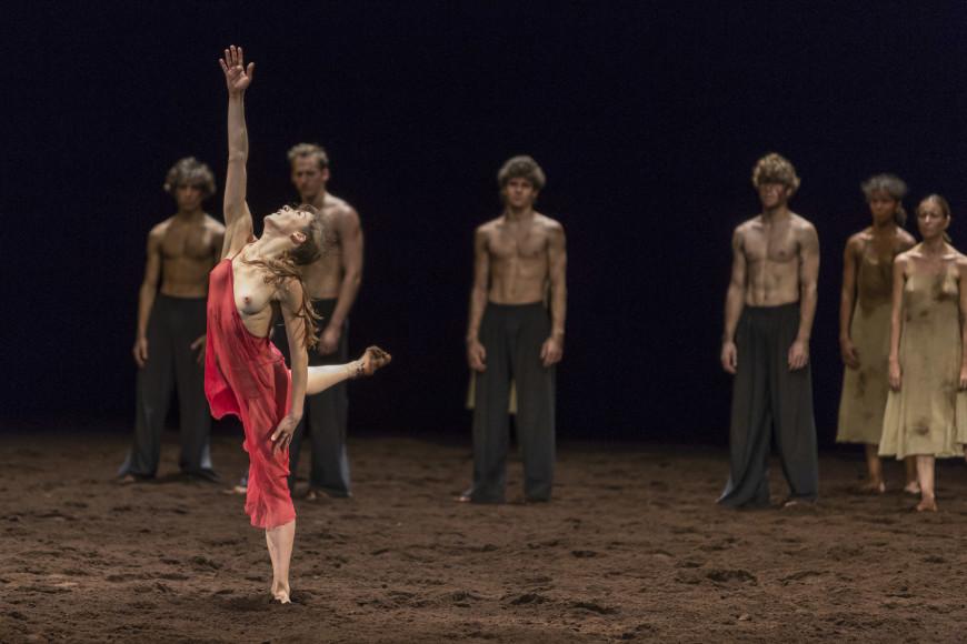 Valentine Colasante dans Le Sacre du printemps de Pina Bausch, Opéra de Paris, 2017