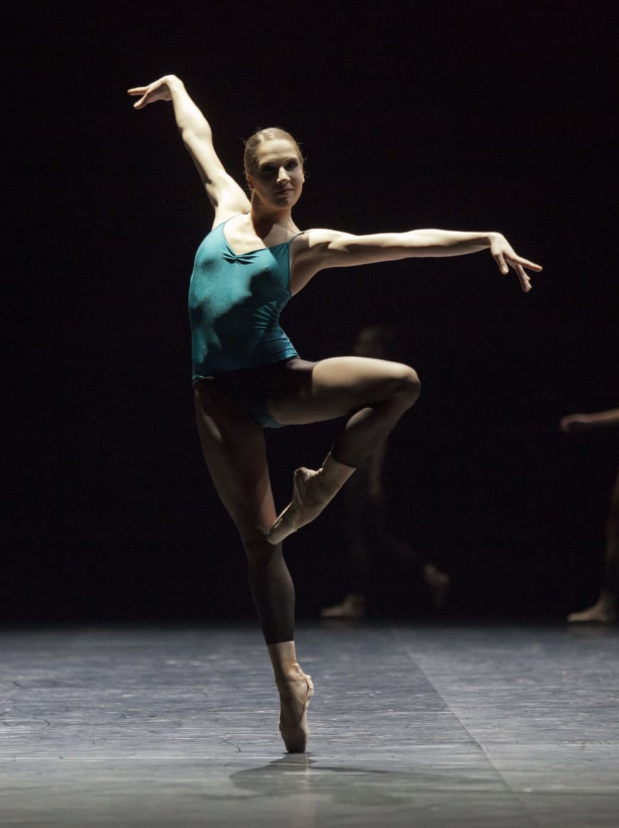 Valentine Colasante dans In the Middle, Somewhat Elevated  de William Forsythe, Opéra de Paris, 2012