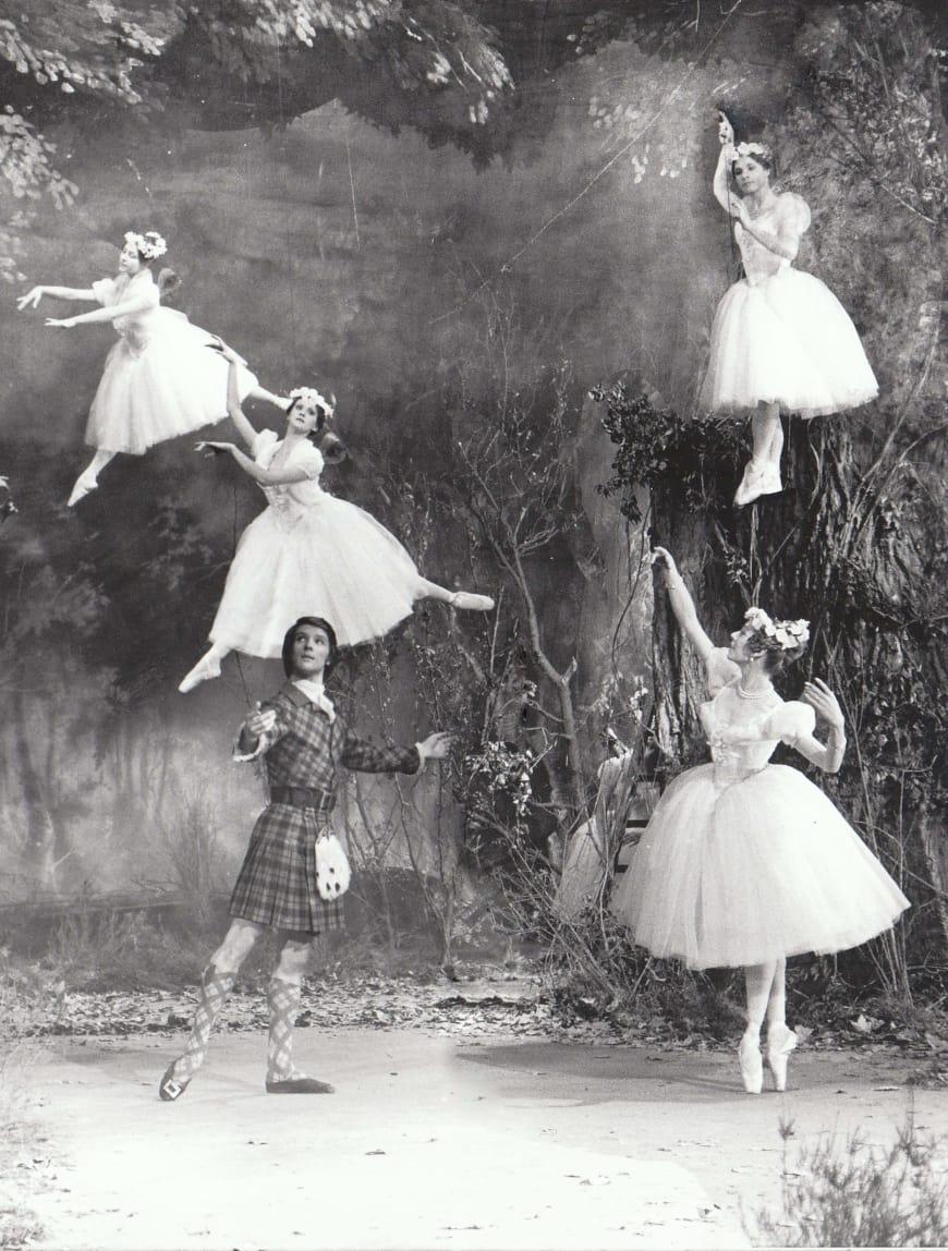 Michaël Denard (James) et Ghislaine Thesmar (La Sylphide) entourés des « filles de l'air » lors du tournage du ballet en 1971