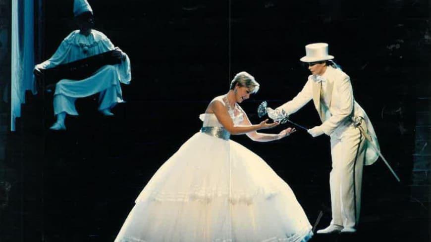Octavian (Susan Graham) remettant la rose d'argent à Sophie (Barbara Bonney). Opéra de Paris, 1997
