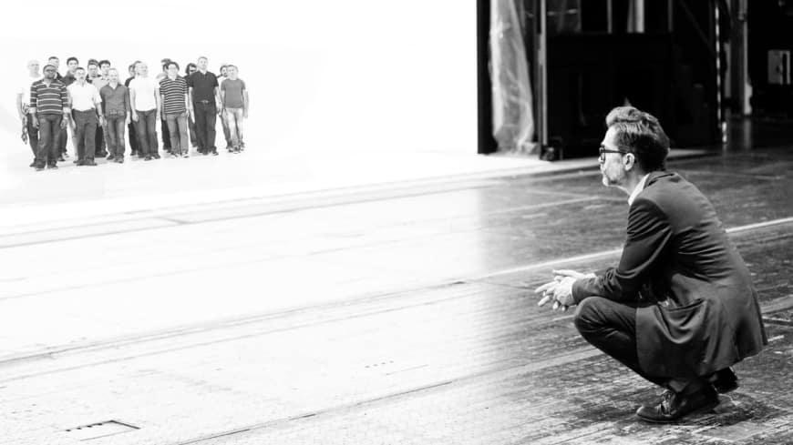Romeo Castellucci en répétition avec les Chœurs de l'Opéra national de Paris