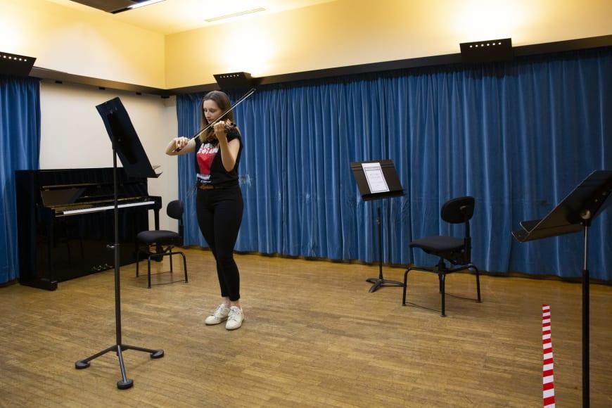 Dans les studios de travail (cordes, harpes et timbales) et dans le foyer des cordes avec la participation de Lise Martel, troisième violon solo, et Nicolas Lethuillier, deuxième timbalier solo