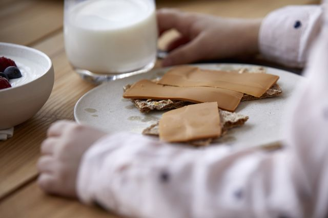 Barn som spiser knekkebrød med brunost
