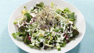 Grønn salat med avokado, sukkererter og pæredressing