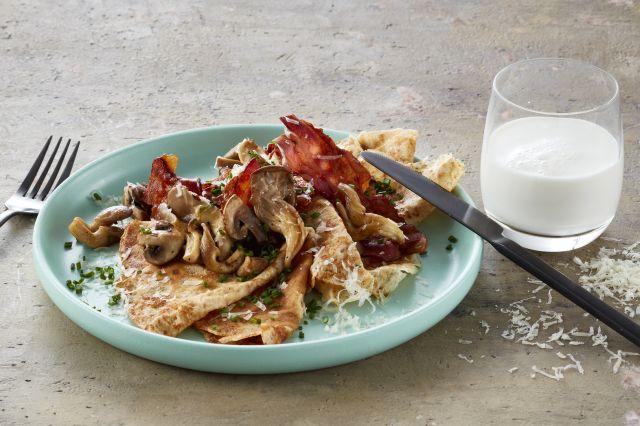 Grove pannekaker med ost, sopp og bacon