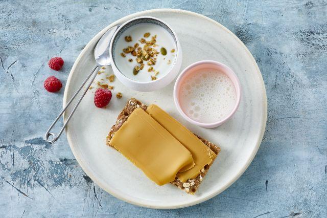 Et glass melk_yoghurt_knekkebrød med brunost