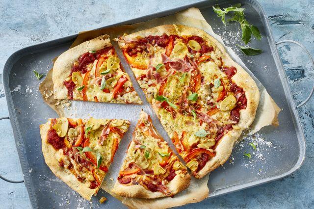 Pizza med ost og skinke