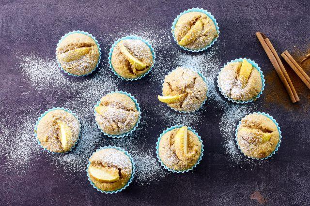 Muffins toppet med eple og kanel