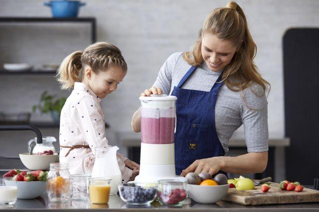Mor og datter lager smoothie