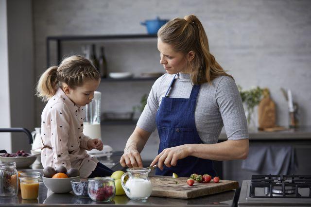 Jente og dame lager mat