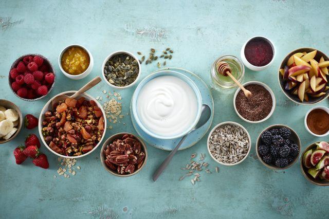 yoghurt naturell med ulike toppinger