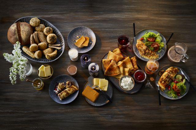 Et bord med ulike kveldsmatretter