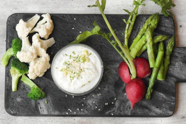 en skål med dipp og grønnsaker