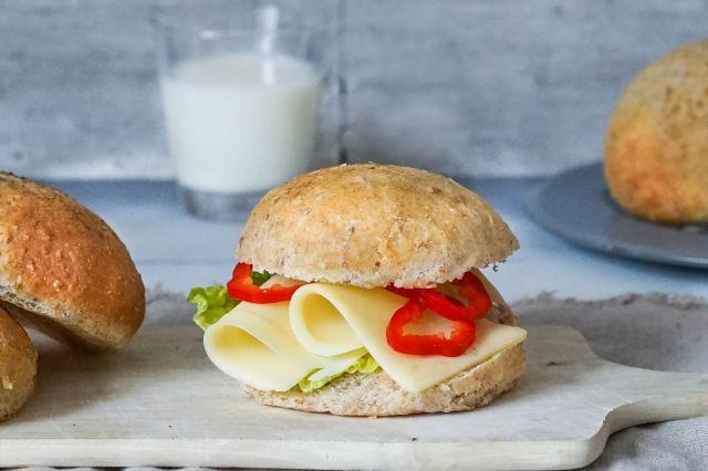 Landbolle med ost og paprika
