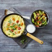 Omelett med cottage cheese og en skål med salat